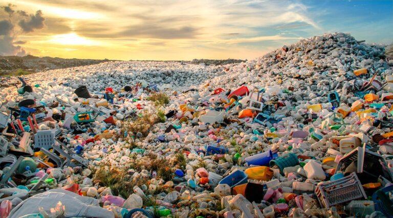 ประเทศไทยมีปริมาณขยะพลาสติกสูงถึง 2.7 ล้านตัน  ขยะพลาสติกจะย่อยสลายได้ ต้องใช้เวลา 450 ปี 50% ของปริมาณขยะพลาสติกเหล่านี้ยังไม่ถูกกำจัด
